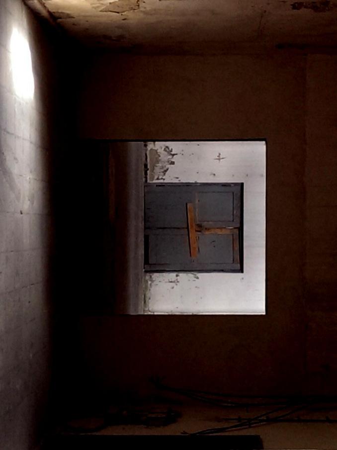 Licht durch Türfenster, 90° gedreht, Mahn- und Gedenkstätte Ravensbrück