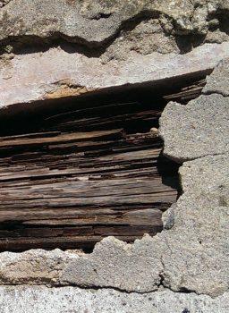 Holzbalken in Mauer, Mahn- und Gedenkstätte Ravensbrück