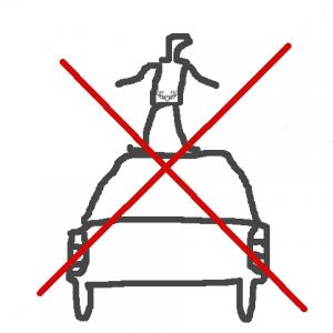 Mensch mit Arschtattoo stehend auf Auto