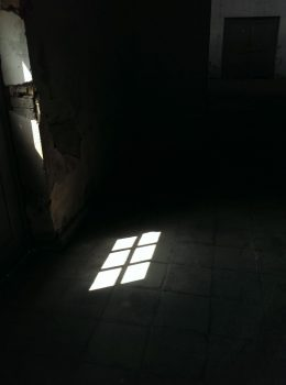Licht durch Türfenster, dunkel, Mahn- und Gedenkstätte Ravensbrück