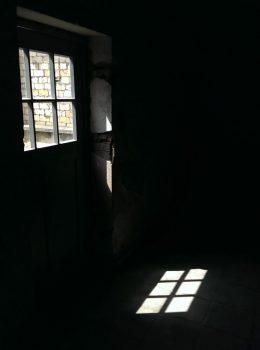 Licht durch Türfenster auf Boden, Mahn- und Gedenkstätte Ravensbrück